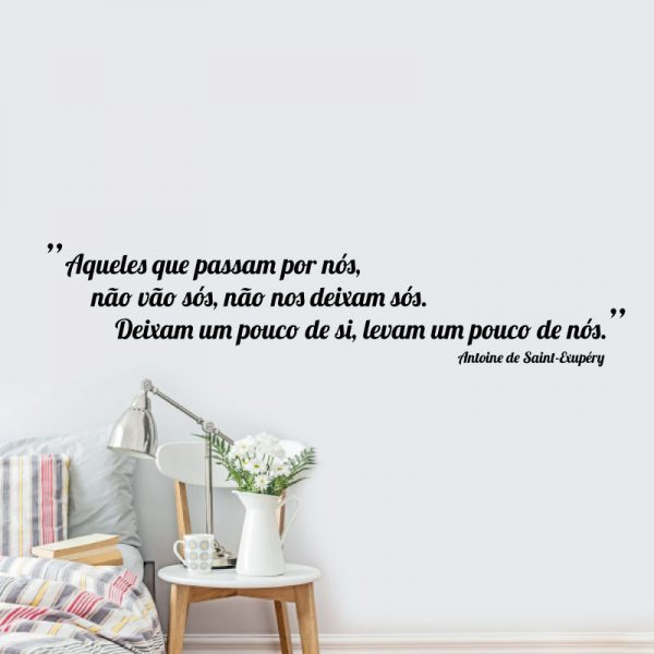 Aqueles que passam por nós, não vão sós, não nos deixam sós. Deixam um pouco de si, levam um pouco de nós. frase (Antoine de Saint-Exupéry) em vinil autocolante decorativo de parede.