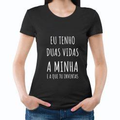 T-shirt Eu tenho duas vidas a minha e a que tu inventas. T-Shirts para Mulher 100% Algodão, moderna e básica de manga curta com visual contemporâneo.