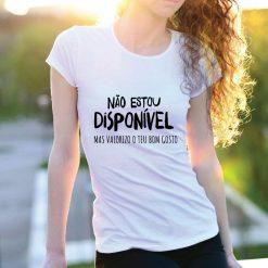T-shirt Não estou disponível mas valorizo o teu bom gosto. T-Shirts para Mulher 100% Algodão, moderna e básica de manga curta com visual contemporâneo.