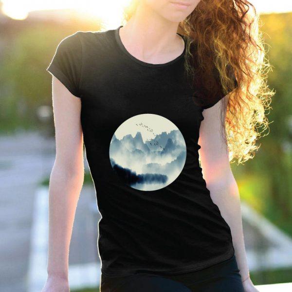 T-shirt Montanhas e pássaros. T-Shirts para Mulher 100% Algodão, moderna e básica de manga curta com visual contemporâneo.
