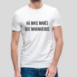 T-shirt Unissexo Há mais marés que marinheiros. (Provérbio) 100% Algodão, moderna e básica de manga curta com visual contemporâneo. Portes grátis para Portugal e ilhas.