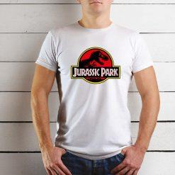 T-shirt Unissexo Jurassic Park. 100% Algodão, moderna e básica de manga curta com visual contemporâneo.
