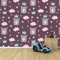 Papel de parede infantil Ursinho Rei em vinil autocolante decorativo. Aplique esta imagem em qualquer superfície lisa e sem textura. Além disso, ao contrário do papel de parede tradicional, não precisa aplicar colas.